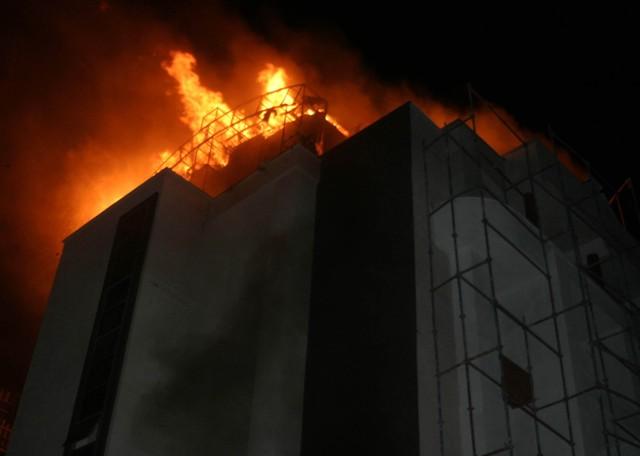 Yeni bina alev alev yandı 1