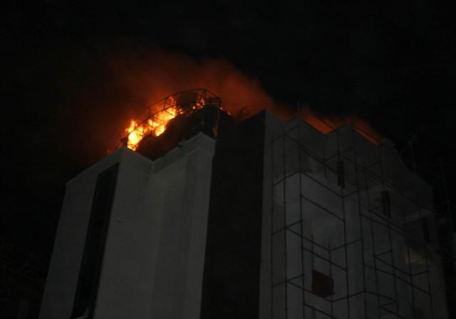 Yeni bina alev alev yandı 10