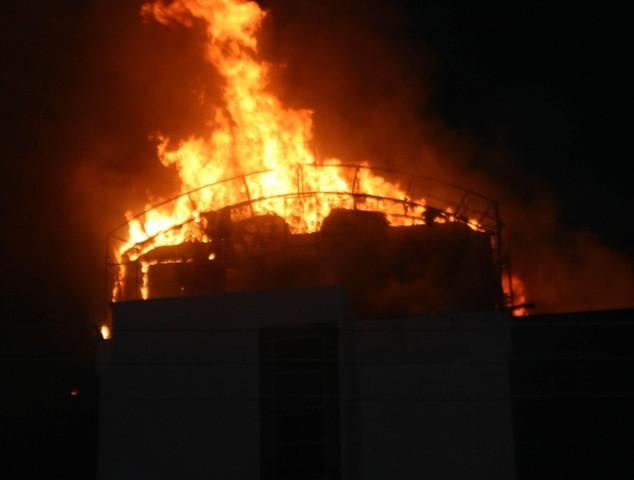 Yeni bina alev alev yandı 11