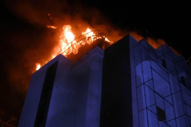 Yeni bina alev alev yandı 12