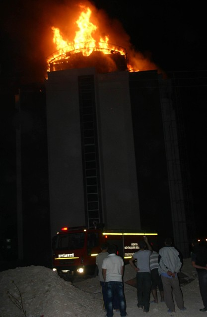 Yeni bina alev alev yandı 4