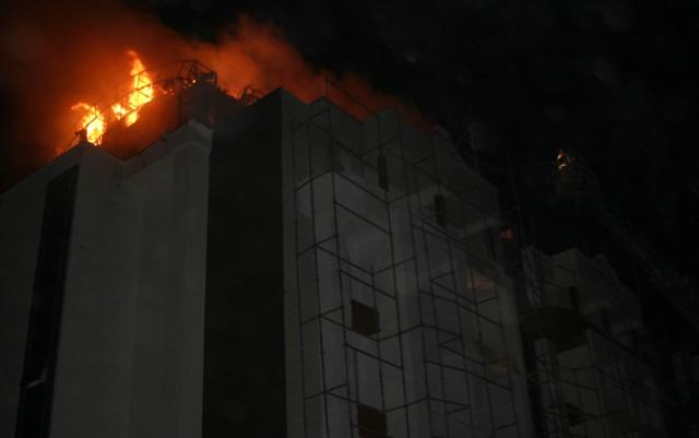 Yeni bina alev alev yandı 9