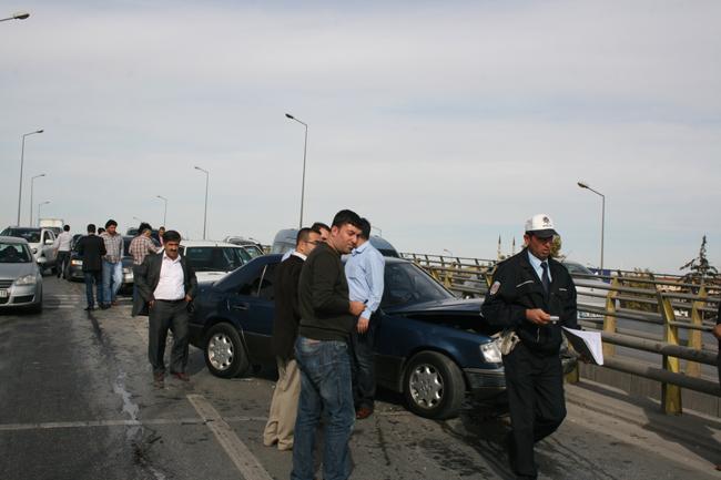 Kaza köprüsünde 10 araç birbirine girdi 12
