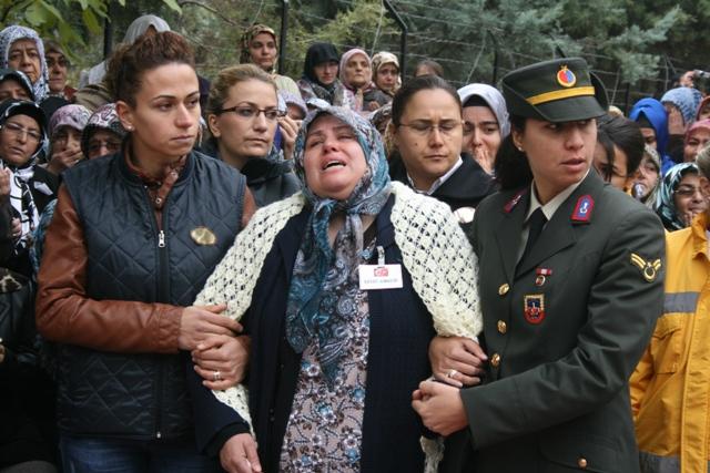 Şehidin annesi oğlunu el sallayarak uğurladı 8