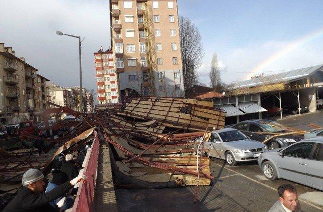 Şiddetli rüzgar çatı uçurdu! 4
