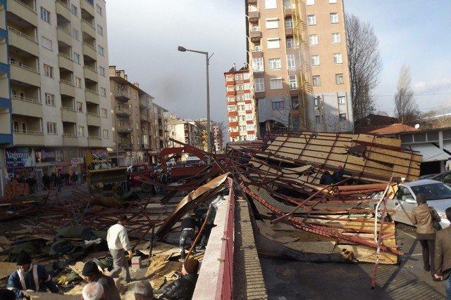 Şiddetli rüzgar çatı uçurdu! 5