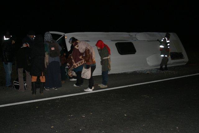 Midibüs devrildi: 22 yaralı 2