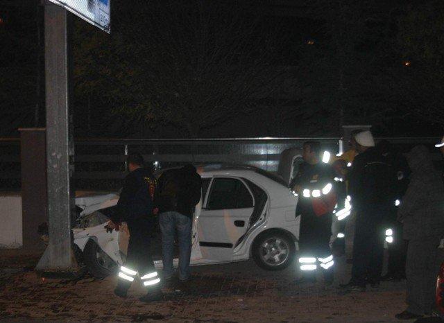 Virajı alamayan otomobil direğe çarptı 3