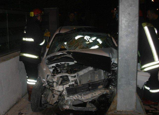Virajı alamayan otomobil direğe çarptı 5