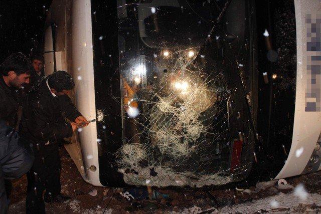 Yolcu otobüsü devrildi: 8 yaralı 11