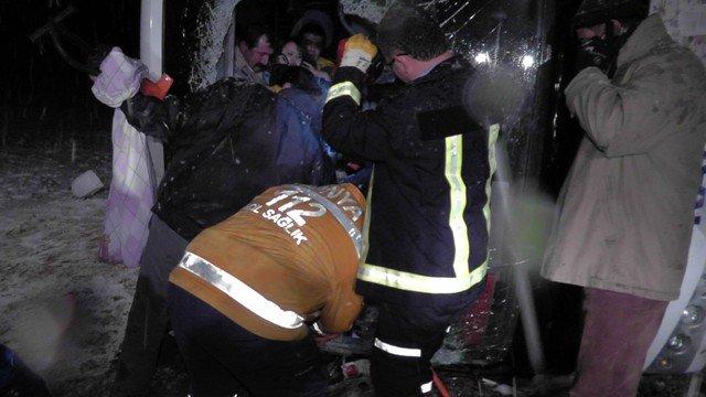 Yolcu otobüsü devrildi: 8 yaralı 3