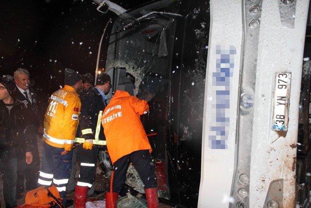 Yolcu otobüsü devrildi: 8 yaralı 5