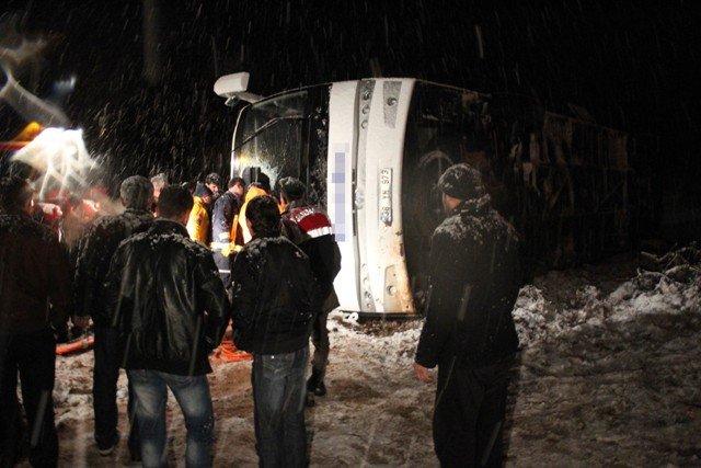 Yolcu otobüsü devrildi: 8 yaralı 6