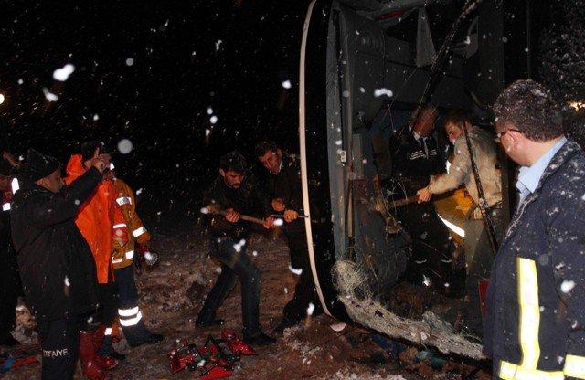 Yolcu otobüsü devrildi: 8 yaralı 7