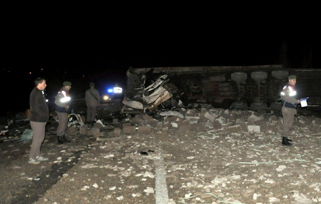 TIR ile kamyon kafadan çarpıştı: 2 ölü 1