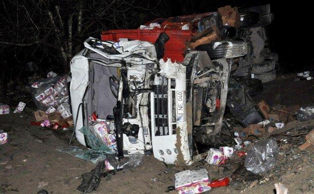 TIR ile kamyon kafadan çarpıştı: 2 ölü 3