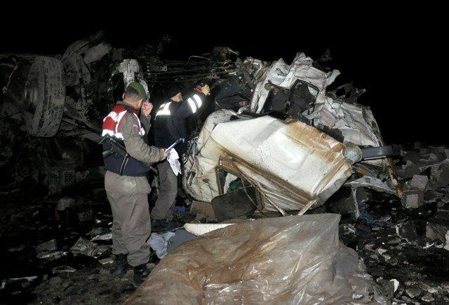 TIR ile kamyon kafadan çarpıştı: 2 ölü 4