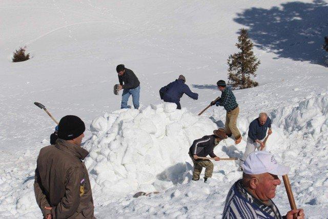Kışın depolayıp yazın kar yiyorlar 6