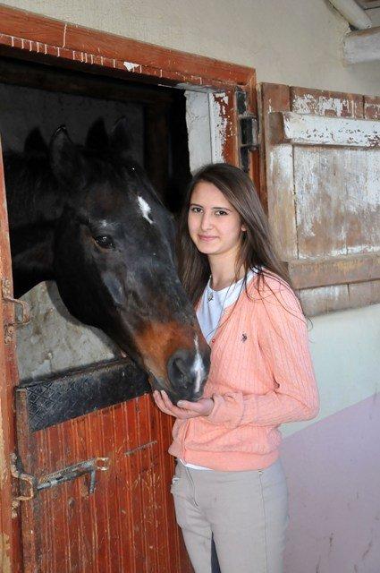 Bu at, ağzıyla kapısını açıyor 3