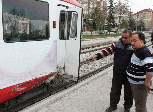 Kamyonet tramvaya çarptı 6