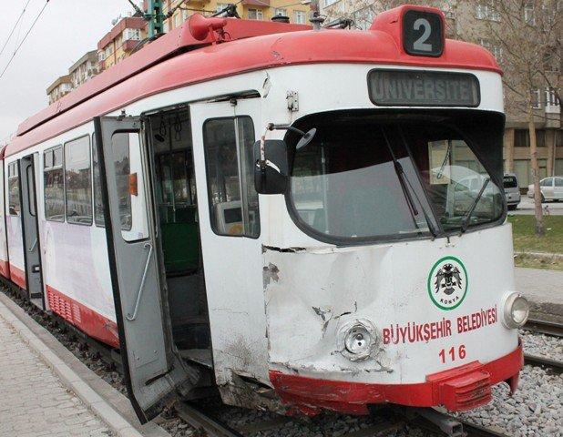 Kamyonet tramvaya çarptı 7
