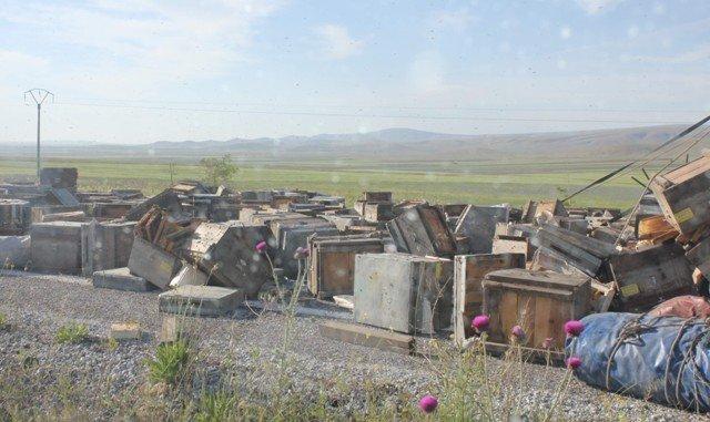 Konyada arı kovanı yüklü kamyon devrildi: 2 yaralı 1