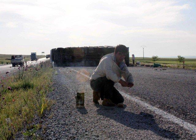 Konyada arı kovanı yüklü kamyon devrildi: 2 yaralı 2