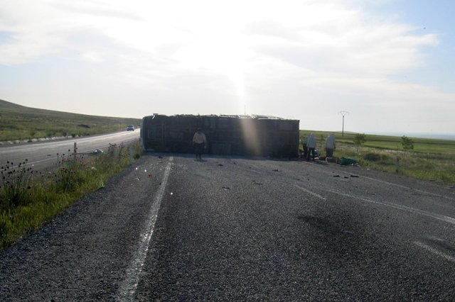 Konyada arı kovanı yüklü kamyon devrildi: 2 yaralı 7