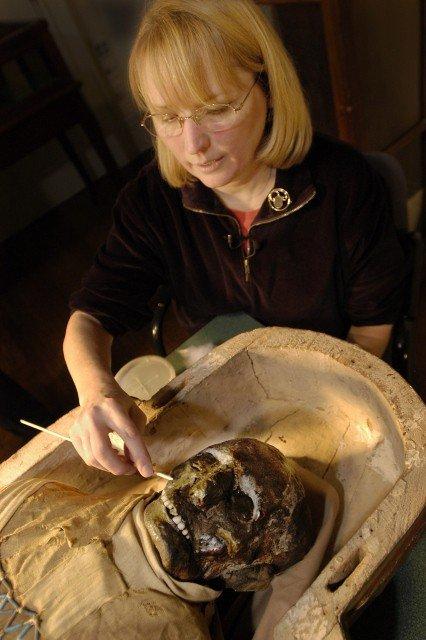2500 yaşındaki mumya tabuttan çıktı 1