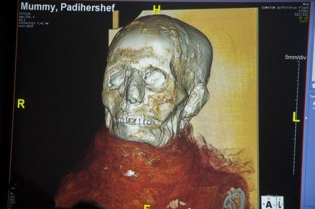 2500 yaşındaki mumya tabuttan çıktı 5
