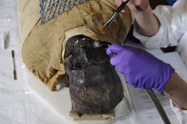 2500 yaşındaki mumya tabuttan çıktı 7