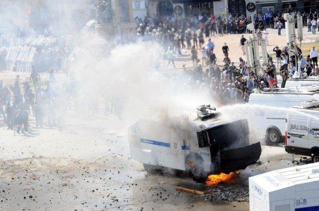 Eylemciler Taksimde TOMA yaktı 12