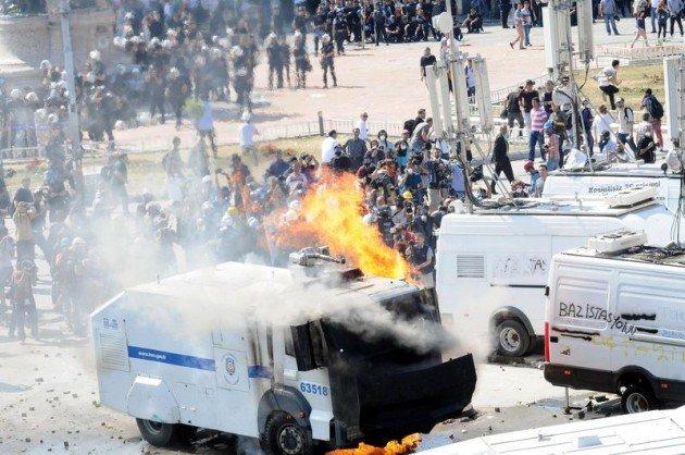 Eylemciler Taksimde TOMA yaktı 13