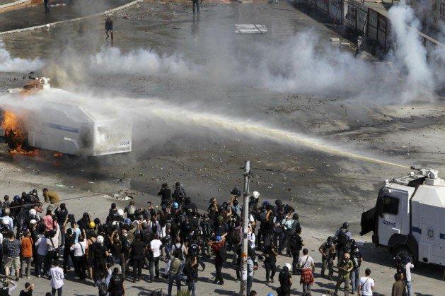 Eylemciler Taksimde TOMA yaktı 14