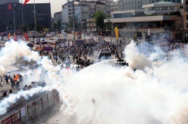 Eylemciler Taksimde TOMA yaktı 19