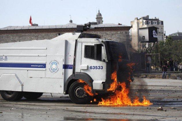 Eylemciler Taksimde TOMA yaktı 2