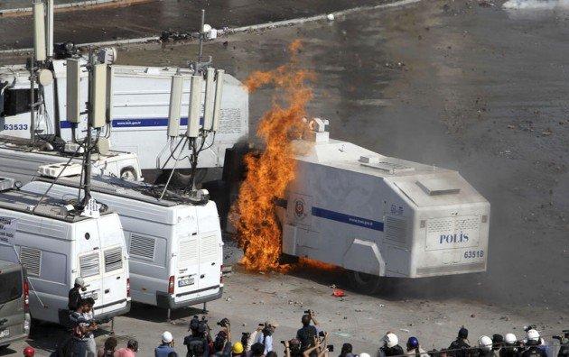 Eylemciler Taksimde TOMA yaktı 20