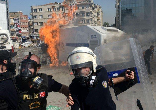 Eylemciler Taksimde TOMA yaktı 23