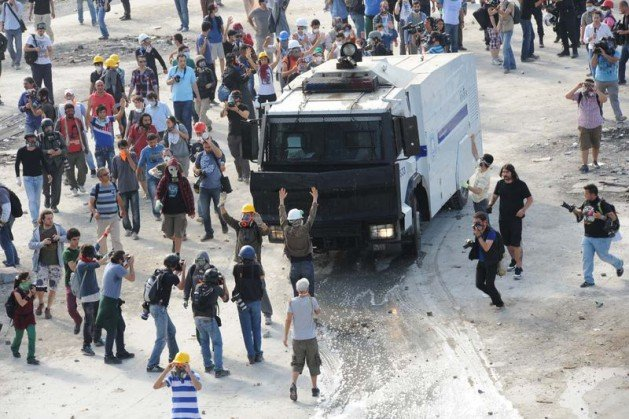 Eylemciler Taksimde TOMA yaktı 24