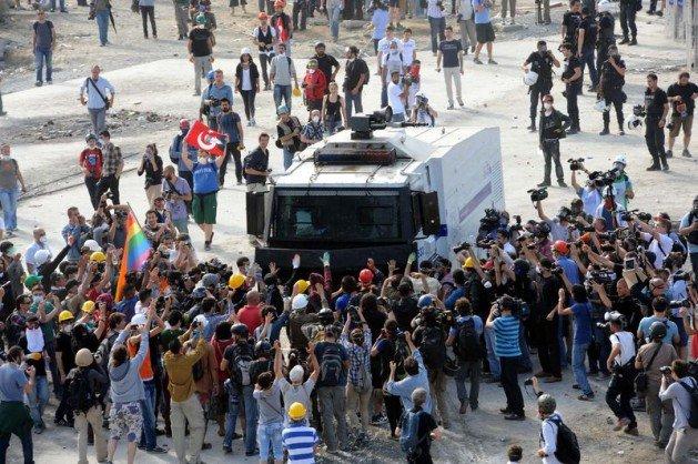 Eylemciler Taksimde TOMA yaktı 25