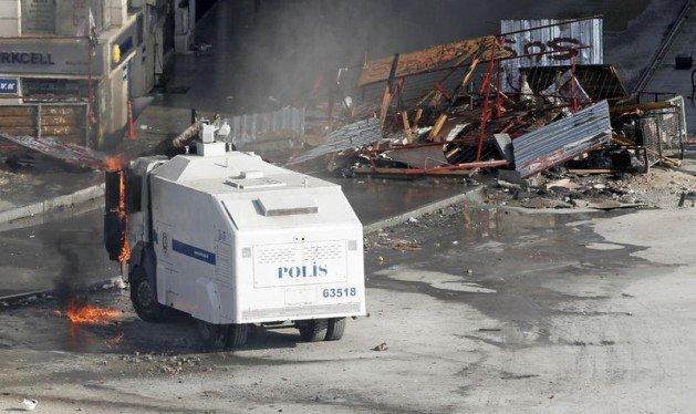 Eylemciler Taksimde TOMA yaktı 26