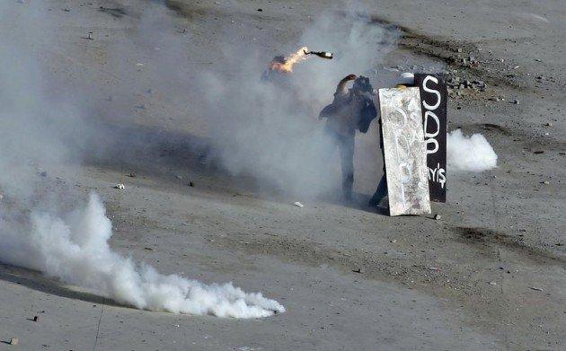 Eylemciler Taksimde TOMA yaktı 27