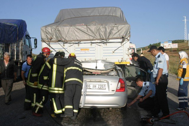 Otomobil TIRa çarptı: 2 ölü, 2 yaralı 1