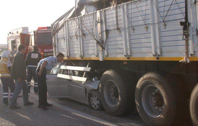 Otomobil TIRa çarptı: 2 ölü, 2 yaralı 2
