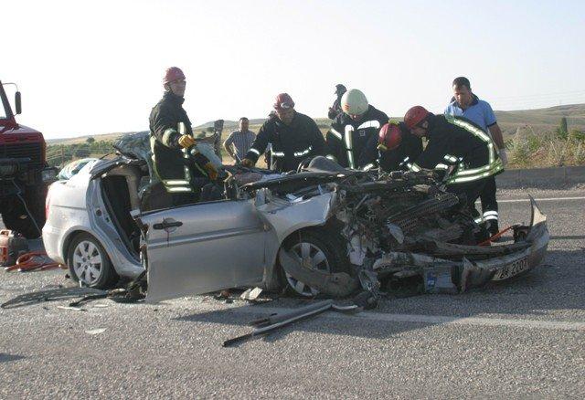 Otomobil TIRa çarptı: 2 ölü, 2 yaralı 4