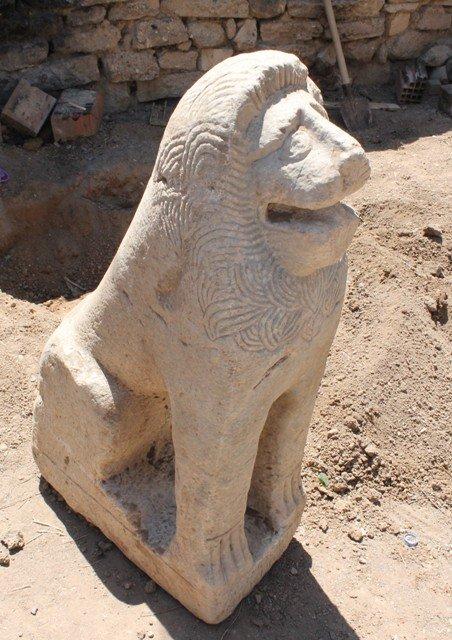 Tarihi aslan heykelini çöpte bulmuş 1