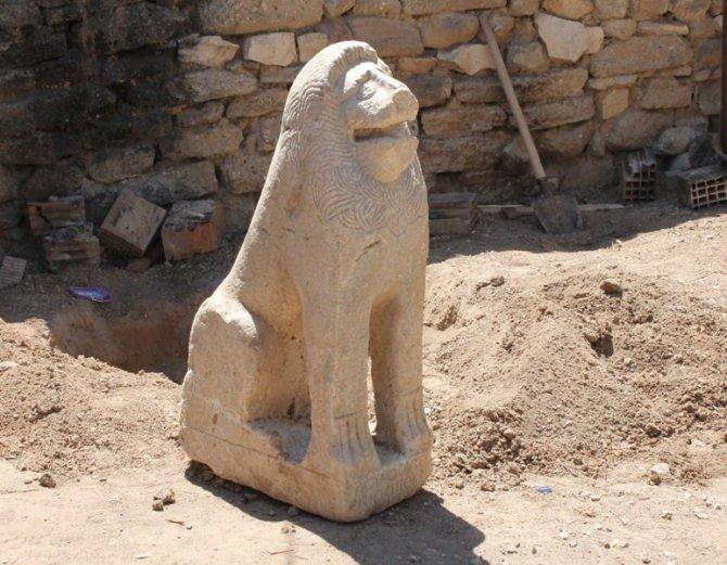Tarihi aslan heykelini çöpte bulmuş 2