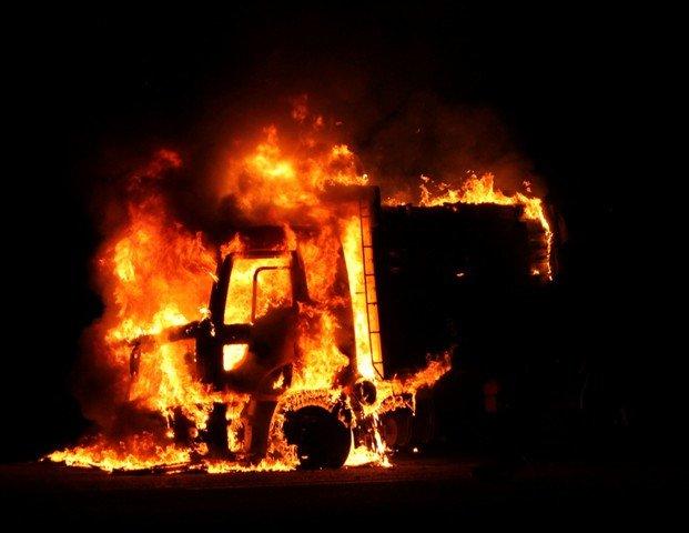 Alev alev yanan kamyon küle döndü 1