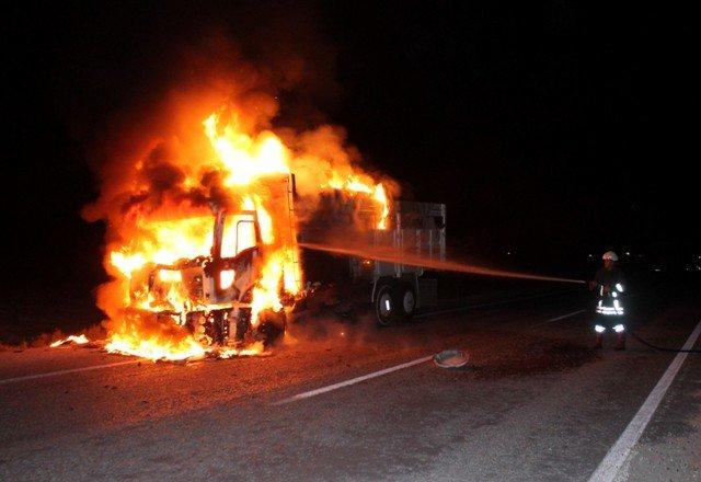 Alev alev yanan kamyon küle döndü 3