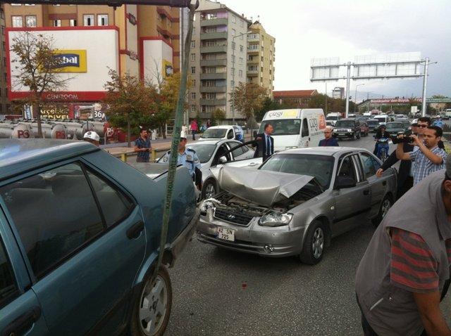 Zincirleme kazada 6 araç birbirine girdi 9